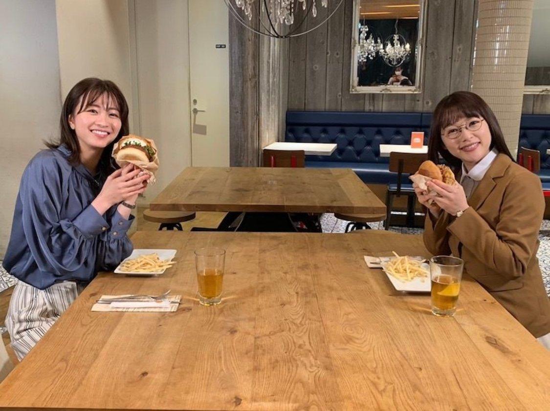 桜井日奈子、岡崎紗絵と笑顔でハンバーガーを持つ2ショット公開! 『ごほうびごはん』オフィシャルブログより