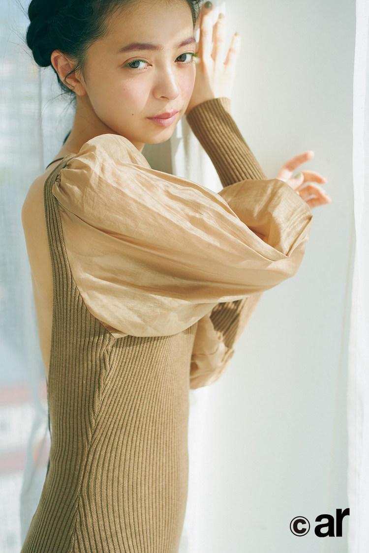 上國料萌衣(アンジュルム)、フェミニンな着こなしで大胆な背中見せ! 『ar』登場