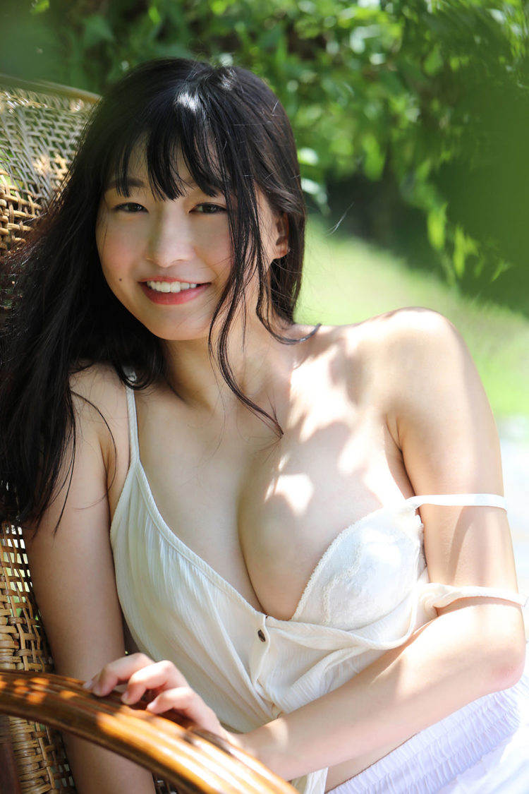 我妻ゆりか 1st写真集『わがままゆりかの天使な笑顔』より(©田口 まき/小学館)
