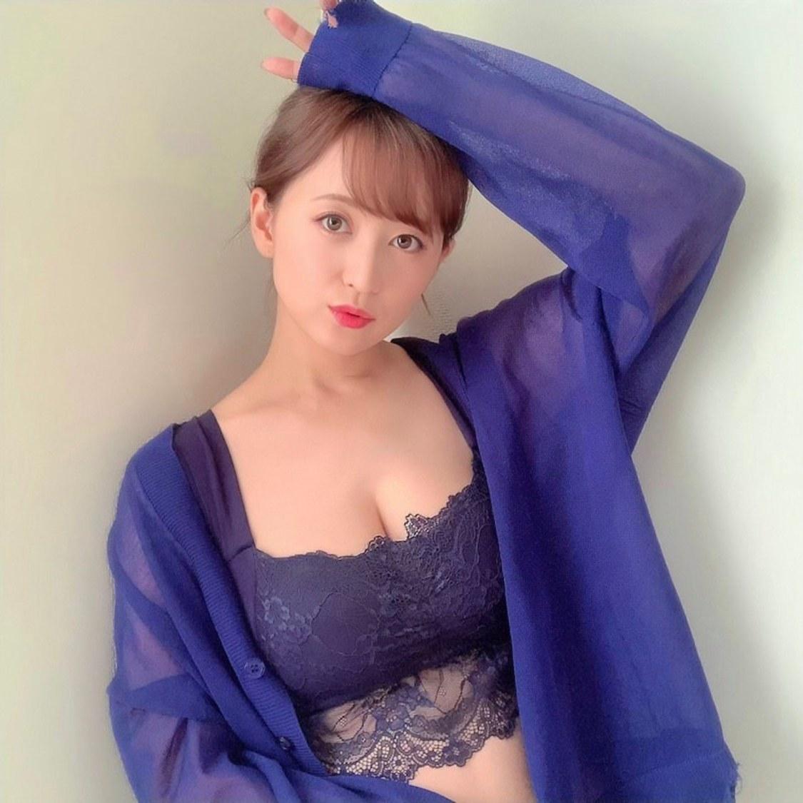 小松彩夏、美谷間を見せるナイトブラ姿を公開! オフィシャルブログより