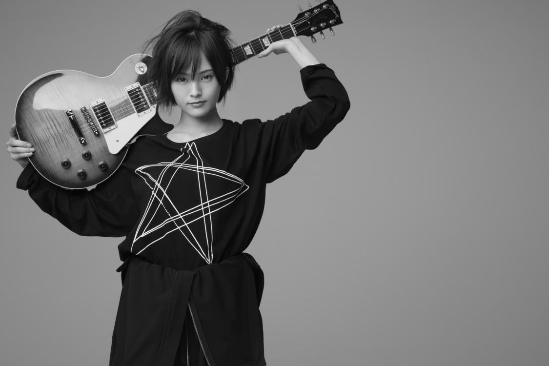 山本彩、S'YTEとのコラボ+本人描き下ろしデザインのプリントTシャツ販売決定!