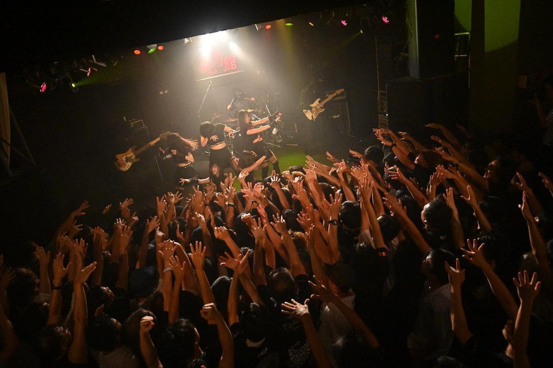 鶯籠[ライブレポート]初のバンドセットで炸裂させた激情のパフォーマンス「これは始まりに過ぎねえんだよ!」