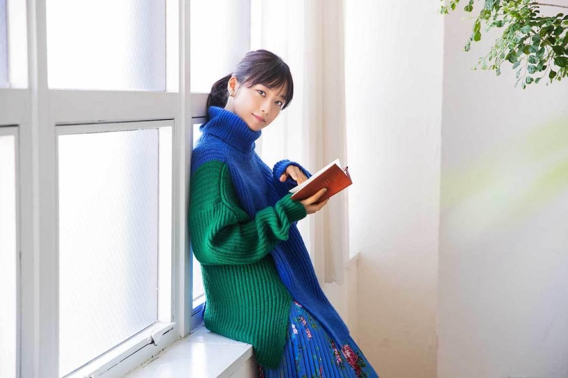 深川麻衣、読書の楽しさを伝える! セブンネット読書女子12月担当に決定