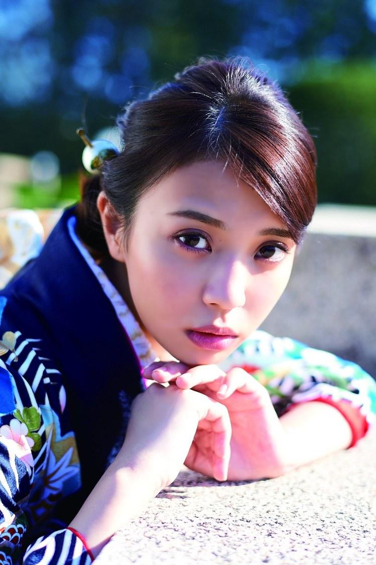 欅坂46 小林由依、2020年に成人式を迎える女の子たちに迫る新感覚マガジン表紙に登場!