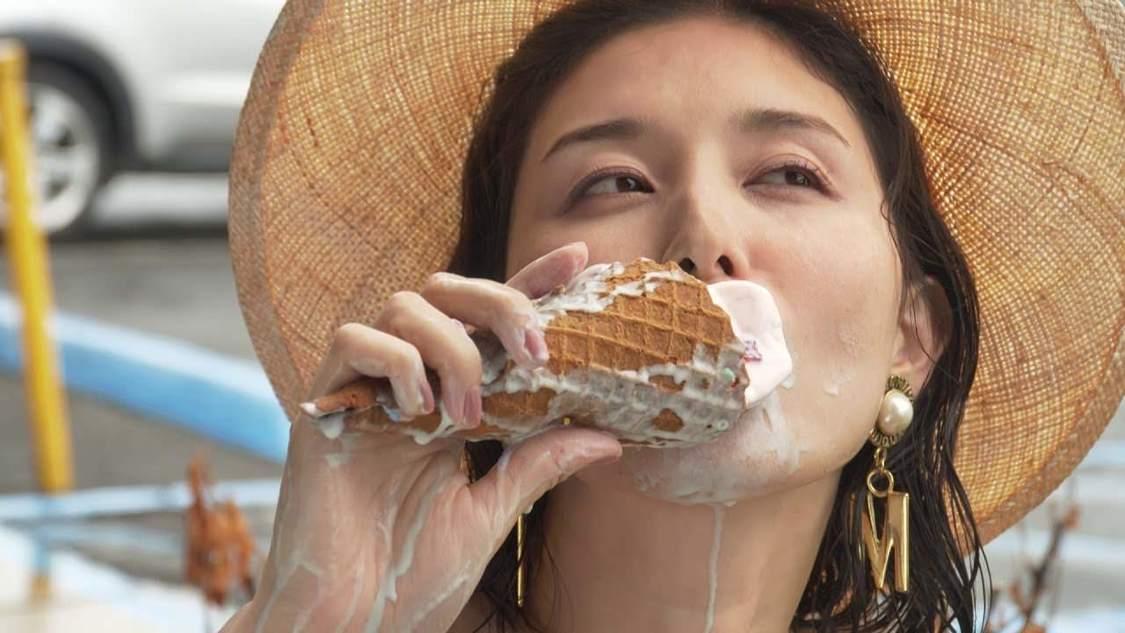 橋本マナミ、アイスクリームを胸元に滴らせる妄想爆発シーンも! 最新写真集・付録DVD映像を先行公開