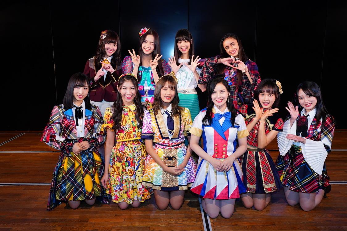 後列左から、ピンハン(Team TP)・アンナ(SGO48)・シター(CGM48)・グローリー(DEL48) 前列左から、小栗有以・シャニ(JKT48)・モバイル(BNK48)・アビー(MNL48)・リュウネン(Team SH)・向井地美音(©AKS)