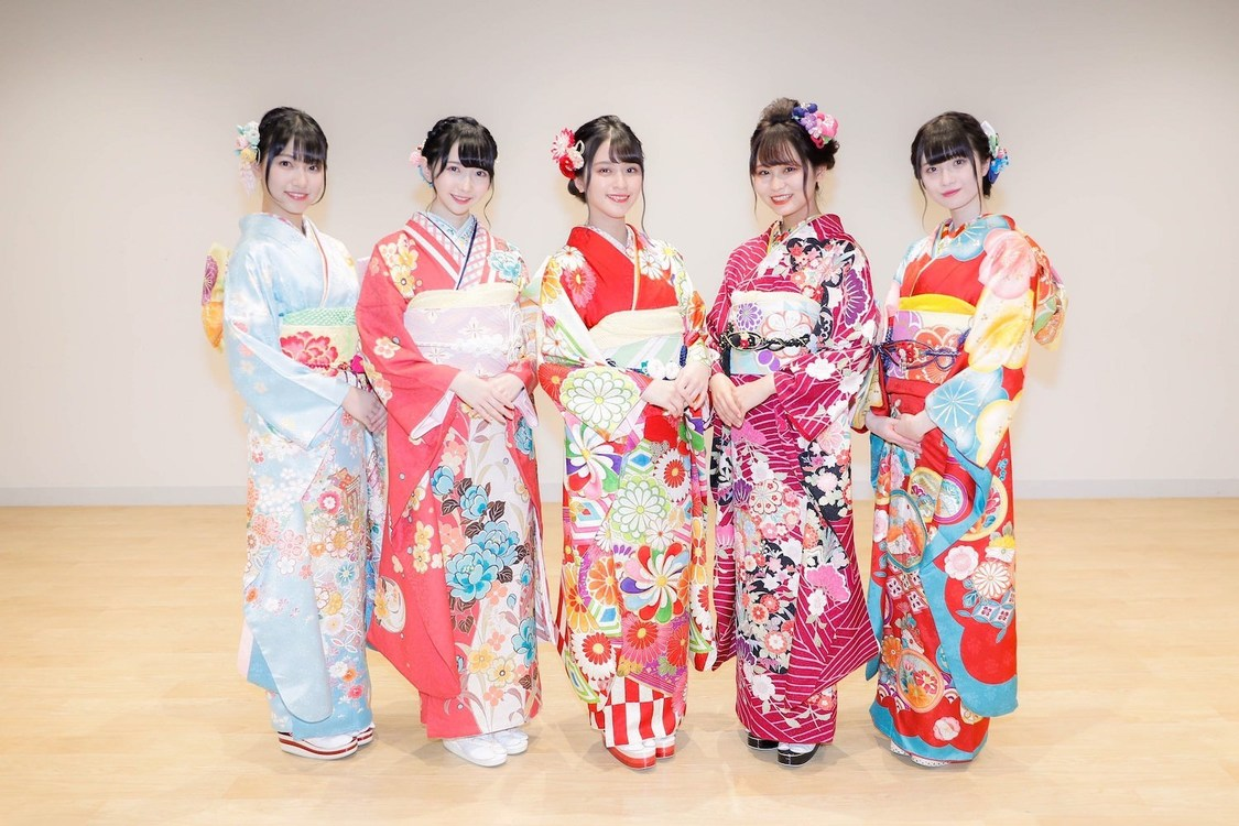 左から、蟹沢萌子(≠ME)、谷崎早耶(≠ME)、佐々木舞香(=LOVE)、大場花菜(=LOVE)、菅波美玲(≠ME)