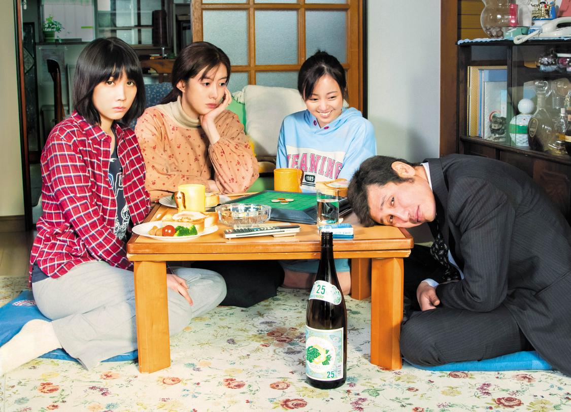 今泉佑唯が妹役に!『酔うと化け物になる父がつらい』予告編&ポスタービジュアル解禁