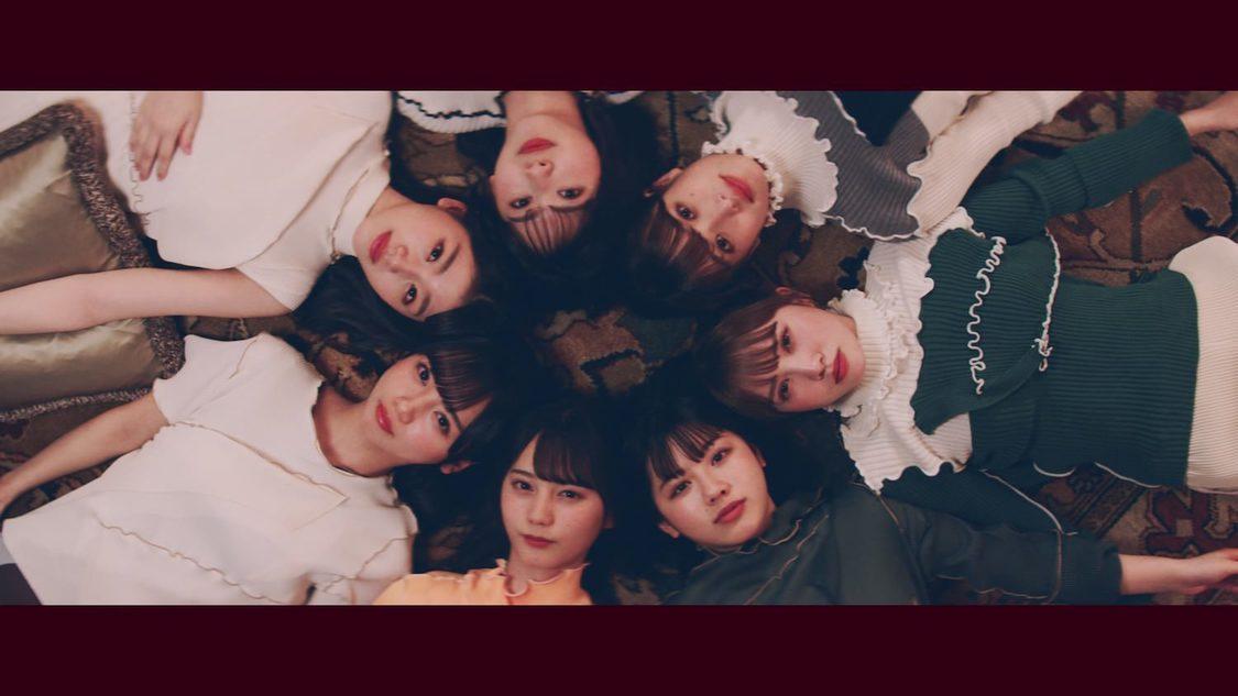 日向坂46、メンバーがホテルの中でカラフルに躍動する「窓を開けなくても」MV公開!