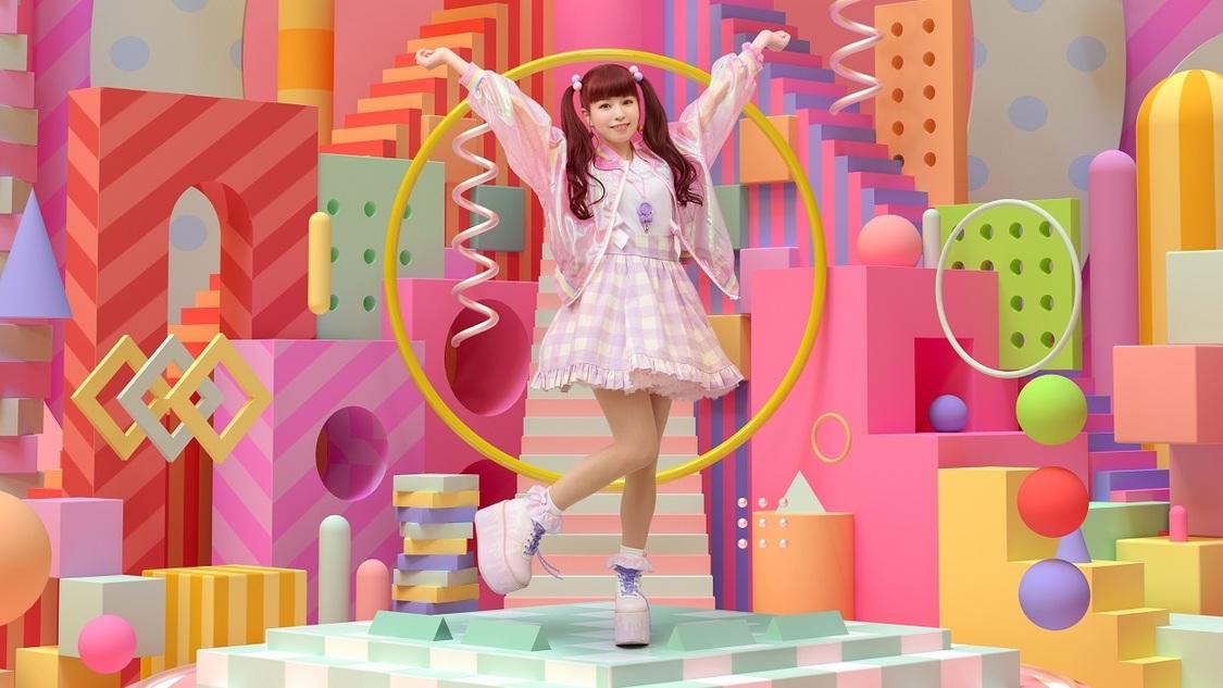 """春奈るな、3月発売SG「PEACE!!!」の新ビジュアルで""""TOKYO POP CULTURE""""を表現!"""