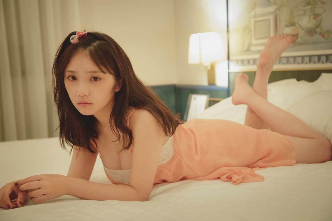 乃木坂46 与田祐希、プライベート感溢れるキャミソール姿でのすっぴんカット公開!