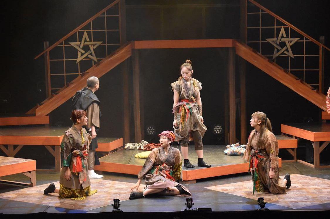 大阪☆春夏秋冬、多彩なシーンを描く初舞台<艶姿河内六人娘>開幕!