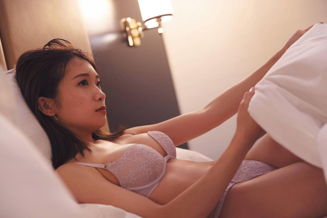 乃木坂46 秋元真夏 2nd写真集『しあわせにしたい』より(撮影:倉本GORI)
