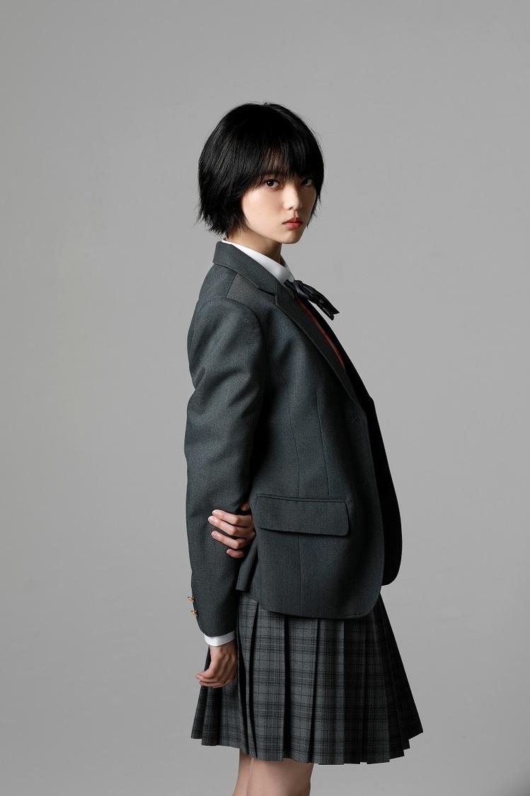 平手友梨奈出演映画『さんかく窓の外側は夜』、主題歌にずっと真夜中でいいのに。新曲「暗く黒く」決定!
